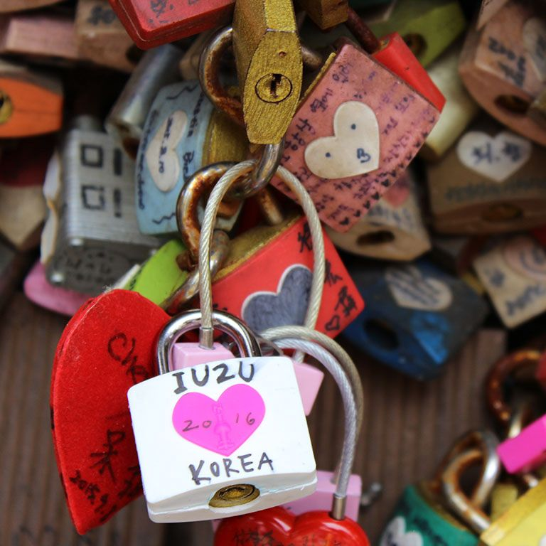 Padlock with iu2u Korea written on it